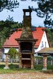 石头格栅在庭院里 库存照片