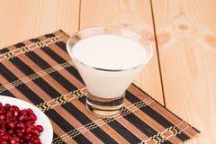 石榴牛奶和种子  免版税图库摄影
