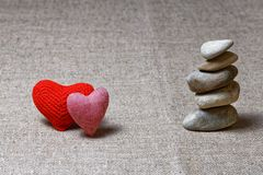 石头的两个红色心脏和专栏 库存图片