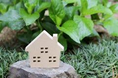 石头的木玩具房子 免版税库存照片
