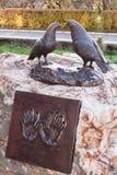 石头的金属设施:两个鸠和委员会有女性的和 免版税库存图片