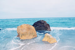 石头看法在黑海的水中 免版税库存图片