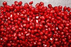 石榴石背景 石榴背景 水多的红色石榴种子 健康汁液的自然水果的成份 免版税库存图片