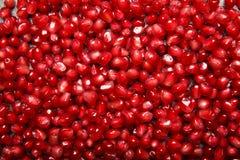 石榴石背景 石榴背景 水多的红色石榴种子 健康汁液的自然水果的成份 库存图片