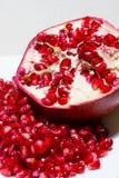 石榴红色水多的种子  免版税库存照片