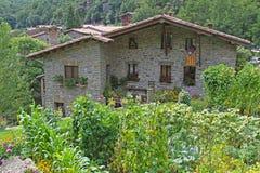 石头美丽如画的房子与庭院的在Rupit 免版税库存图片