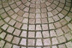 石头背景的被铺的圆露台 免版税库存照片