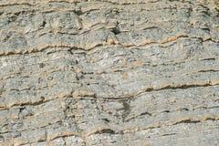 石头自然纹理在一座山的在海附近的峭壁 免版税库存图片
