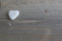 石头般的心在木背景的 库存图片