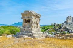 石头被雕刻的坟茔 免版税库存图片