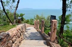 石头跨步导致蓝色海 库存照片