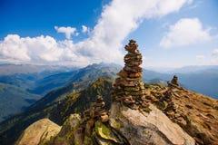 石头金字塔在山顶部的 在一个晴天 俄罗斯,罗莎Khutor 库存照片