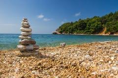 石头金字塔在海岸的 免版税图库摄影