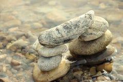 石头金字塔在海滩的 免版税库存照片