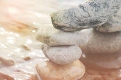 石头金字塔在海滩的 库存图片