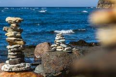 石头金字塔在海滩的 免版税库存图片
