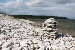 石头金字塔在空的海滩的 免版税库存图片