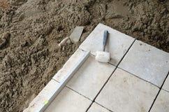石头铺磁砖安装 库存照片