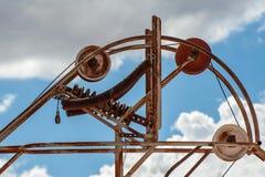 矿井与后边天空蔚蓝和云彩的滑轮结构 免版税库存图片