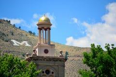 矿古根汉霍尔塔科罗拉多学校在与一封大信件M的一个晴天在山在背景中 免版税库存照片