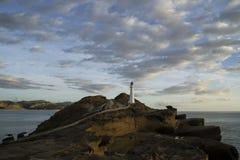 矿块点灯塔 与月亮的桃红色日落天空,南岛,新西兰 免版税库存图片