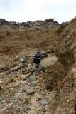 矿工开采金子在地球边缘 免版税库存图片