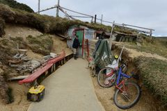 矿工独木舟一个金矿的在地球边缘 免版税库存图片