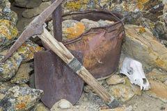 矿工采撷桶铁锹岩石头骨工作概念 免版税库存图片