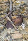 矿工采撷桶铁锹岩石头骨工作概念 免版税图库摄影