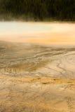 矿泉水盛大多彩春天中途喷泉水池黄石 免版税库存照片