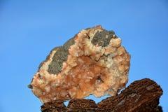 矿物在桔子扔石头 免版税库存图片