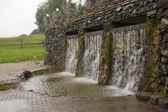 矿物春天 在温泉的小河 治病的水 手段 瀑布 夏天 在石墙上的清楚和淡水 免版税库存图片