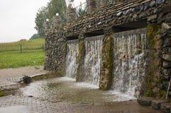 矿物春天 在温泉的小河 治病的水 手段 瀑布 夏天 在石墙上的清楚和淡水 免版税图库摄影