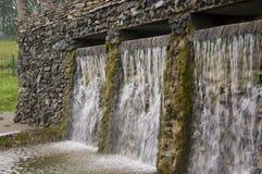 矿物春天 在温泉的小河 治病的水 手段 瀑布 夏天 在石墙上的清楚和淡水 库存图片
