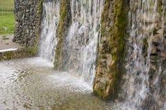 矿物春天 在温泉的小河 治病的水 手段 瀑布 夏天 在石墙上的清楚和淡水 免版税库存照片