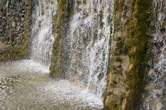 矿物春天 在温泉的小河 治病的水 手段 瀑布 夏天 在石墙上的清楚和淡水 图库摄影