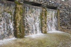矿物春天 在温泉的小河 治病的水 手段 瀑布 夏天 在石墙上的清楚和淡水 库存照片