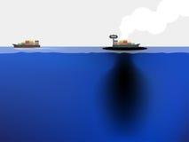 矿物燃料从船漏向蓝色海洋 免版税库存图片