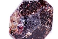 矿物石榴石石头的宏指令在白色背景的 免版税库存照片