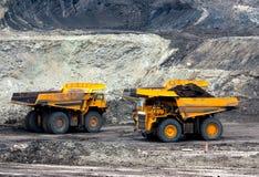 矿用汽车卸载煤炭 免版税库存照片