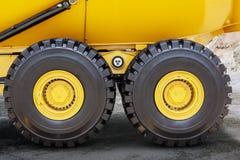 矿用汽车轮胎在采矿场所的 库存图片