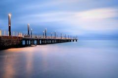 码头光在蓝色小时,阿拉西奥, Ligury,意大利 免版税图库摄影