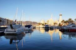 码头和住宅小游艇船坞在Empuriabrava,西班牙 图库摄影