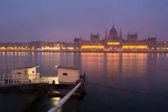码头和议会大厦在布达佩斯 免版税库存图片