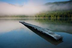 码头在一个火山的火山口的Saint Anna湖在特兰西瓦尼亚 免版税库存照片