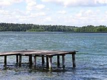 码头在湖的码头狭小通道有在天空的云彩的在背景中 库存照片