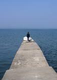 码头孤零零妇女 免版税库存图片