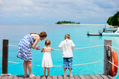 码头开玩笑母亲坐木 免版税图库摄影