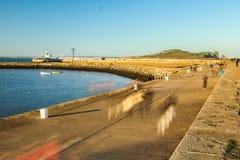 码头散步和灯塔在日落 Howth 都伯林 爱尔兰 免版税图库摄影