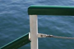 码头有蓝色海的扶手后面的 免版税库存图片